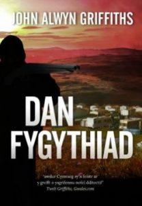 Llun clawr Dan Fygythiad